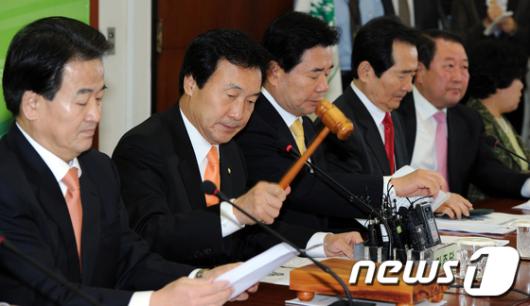 [사진]회의 주재하는 손학규 대표