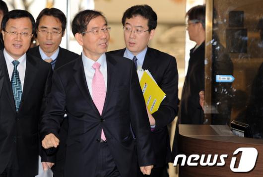 [사진]박원순 시장 '개회 전 회의장한번 보고'