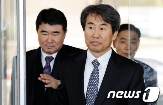[사진]법정 들어서는 신재민 전 차관