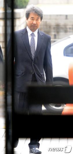 [사진]굳은표정의 신재민 전 차관