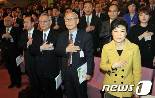 [사진]국민의례하는 박근혜 전 대표