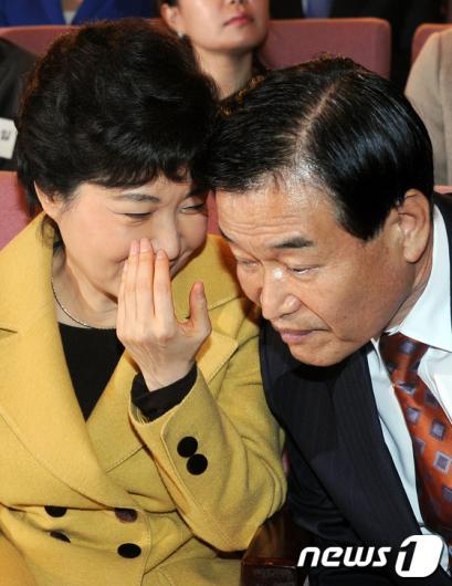 [사진]귀엣말 나누는 박근혜-서상기
