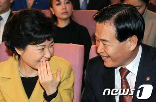 [사진]박근혜, 입가리고 소곤소곤
