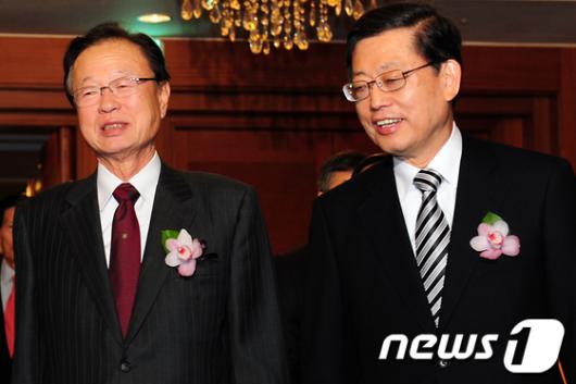 [사진]웃으며 입장하는 김황식 총리-박희태 의장