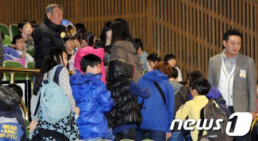 [사진]여야 비난공방... 자리뜨는 초등학생들