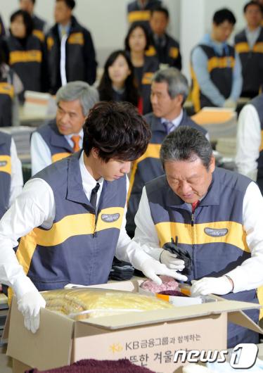 [사진]선물 포장하는 어윤대 회장-이승기