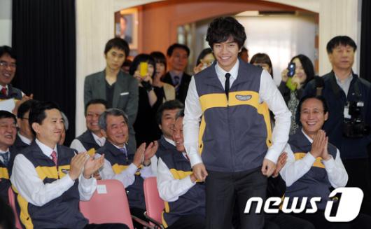 [사진]이승기 'KB금융 독거노인 겨울용품 지원행사' 참석