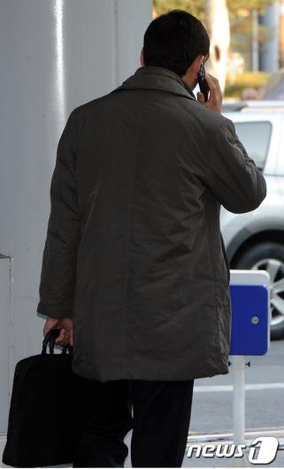 [사진]전화통화 하는 국회의장 비서