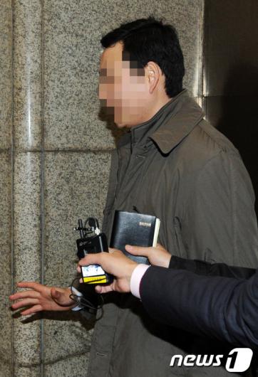 [사진]경찰청 들어서는 국회의장 의전비서