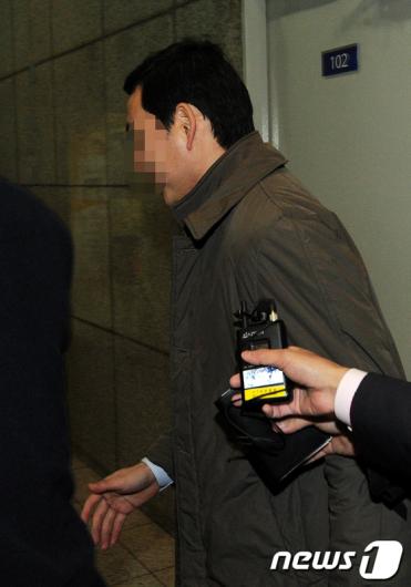 [사진]황급히 들어서는 국회의장 비서