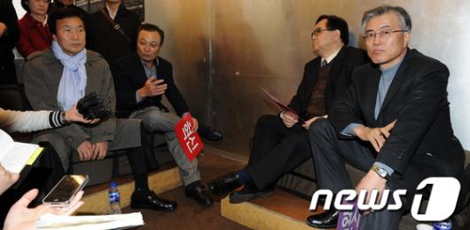 [사진]대화 나누는 야권 대표들