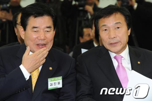 [사진]대화나누는 손학규-김진표