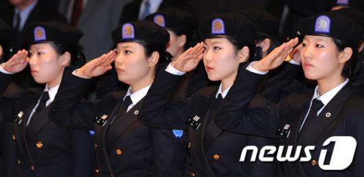 [사진]경례하는 여성 학군사관후보생