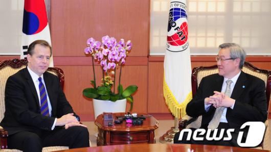 [사진]환담하는 김성환 장관-글린데이비스 대북정책