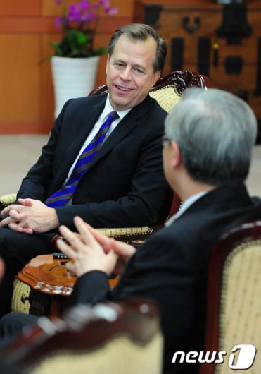 [사진]대북정책 논의하는 글린데이비스-김성환 장관