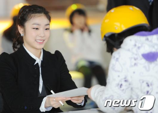 [사진]인천공항 교통센터 오픈 기념 '김연아 팬사인회'