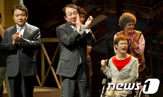 [사진]권재진 장관 '최고의 공연 감사합니다'