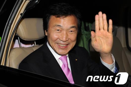 [사진]손 흔드는 손학규 대표