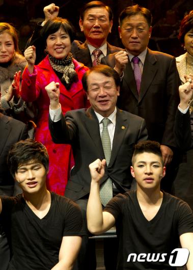 [사진]청소년들과 파이팅 외치는 권재진 장관