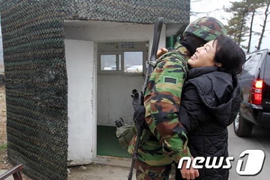 [사진]장병과 포옹하는 김윤옥 여사