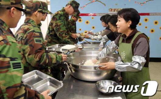 [사진]백골부대서 배식하는 김윤옥 여사