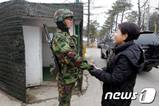 [사진]장병 손 잡아주는 김윤옥 여사