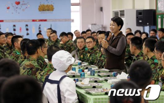 [사진]백골부대 장병 격려하는 김윤옥 여사