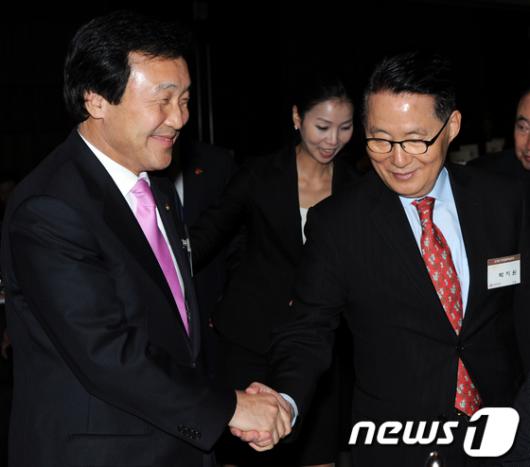 [사진]'손학규 웃고, 박지원 무표정'