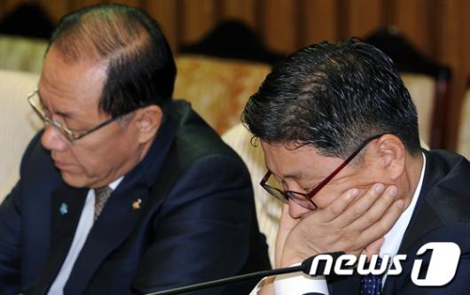 [사진]침울한 김정권 사무총장
