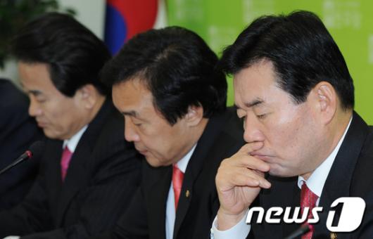 [사진]김진표, 정동영 강경발언에 고심