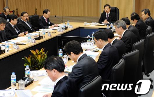 [사진]김황식 총리, 재난관리 개선 종합대책 보고회 참석