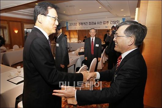 [사진]인사 나누는 홍석우 장관-권오현 부회장