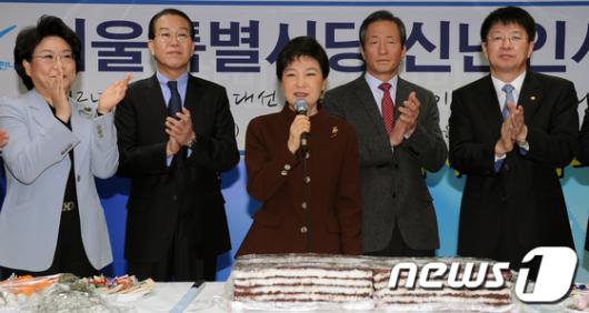 [사진]'박근혜위원장에게 박수를'