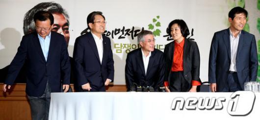 [사진]첫 회의 가진 문재인 후보와 기획위원들