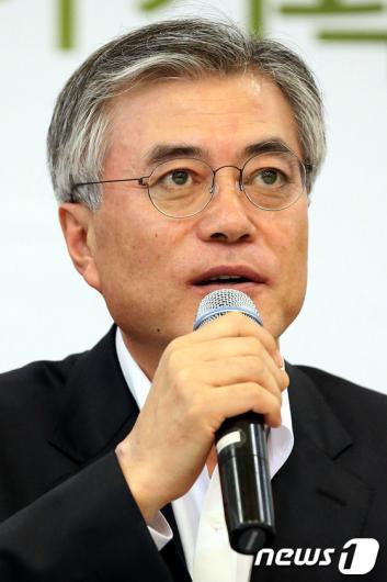 [사진]담쟁이 기획단 회의 모두발언하는 문재인 후보