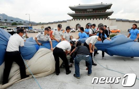 [사진]대형 모형 고래 설치 제지당하는 그린피스 회원들