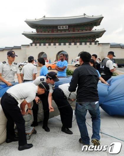 [사진]경찰에 제지 당하는 대형 고래 설치 퍼포먼스