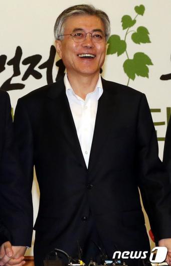 [사진]환한 웃음의 문재인 후보