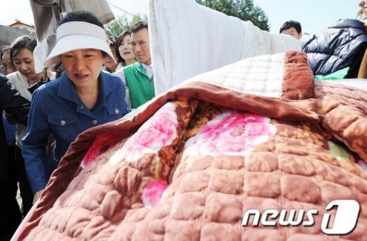 [사진]수해 복구현장 방문한 박근혜 후보
