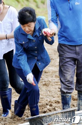 [사진]박근혜 '기우뚱'