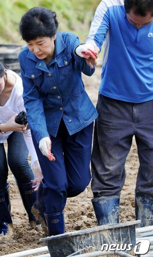 [사진]박근혜 '진흙탕에 기우뚱'