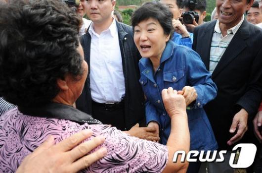 [사진]박근혜 후보, 태풍 '산바' 피해주민 격려