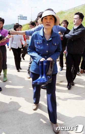[사진]태풍 피해지역 찾은 박근혜 후보