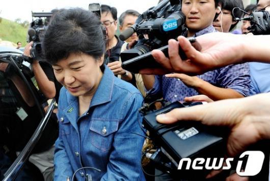 [사진]안철수 기자회견 질문받는 박근혜 후보