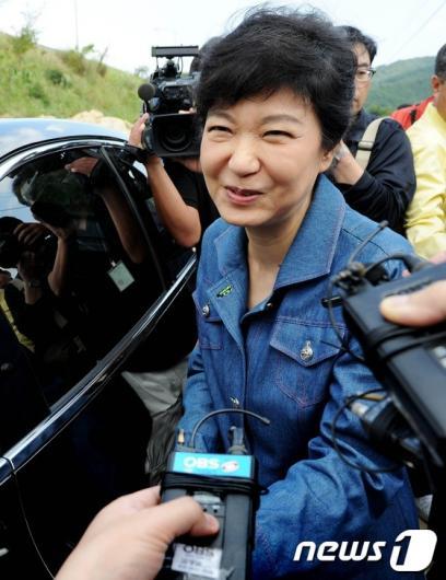 [사진]박근혜, '안철수 질문에 미소만...'