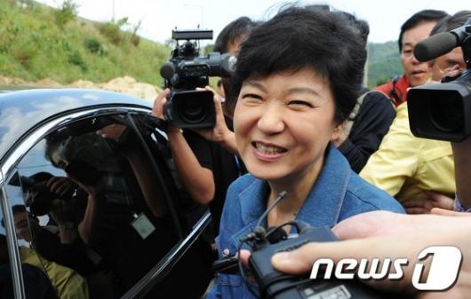 [사진]박근혜 '미소의 의미는?'
