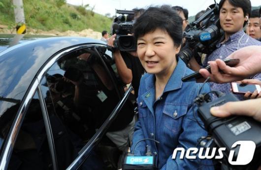 """[사진]박근혜, 안철수 질문에 """"아직 내용을 모르잖아요"""""""