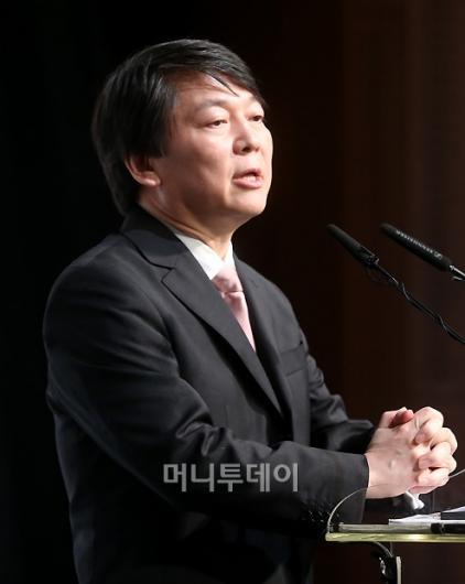 [사진]안철수, '두손모으고 대선출마 선언'