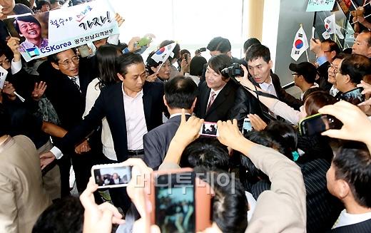 [사진]안철수, 시민들 지지 받으며 대선출마선언