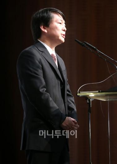 [사진]안철수, '겸손한 자세로 입장발표'